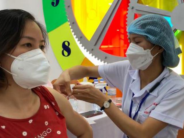 Hà Nội đồng loạt tiêm vắc-xin COVID-19 cho hàng ngàn người dân
