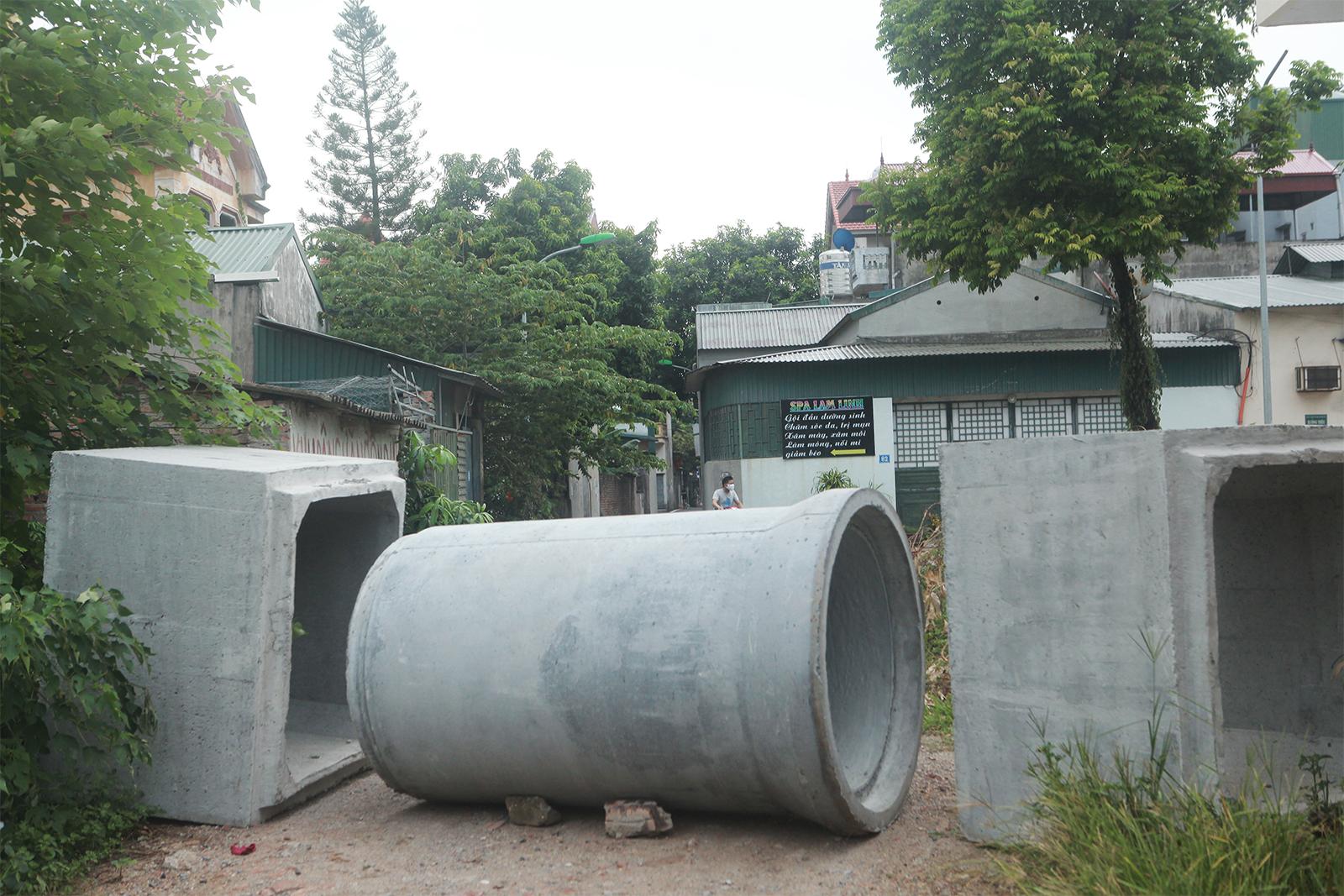 """Hà Nội: Dùng cả... thùng container, gạch, ống cống làm """"chốt"""" chống dịch - 11"""