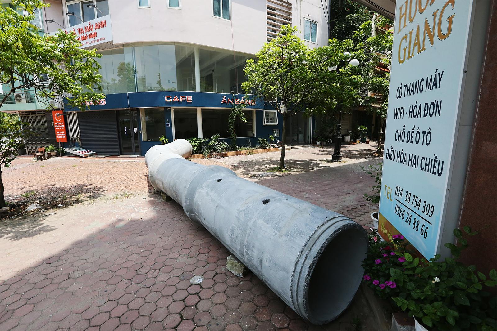 """Hà Nội: Dùng cả... thùng container, gạch, ống cống làm """"chốt"""" chống dịch - 14"""