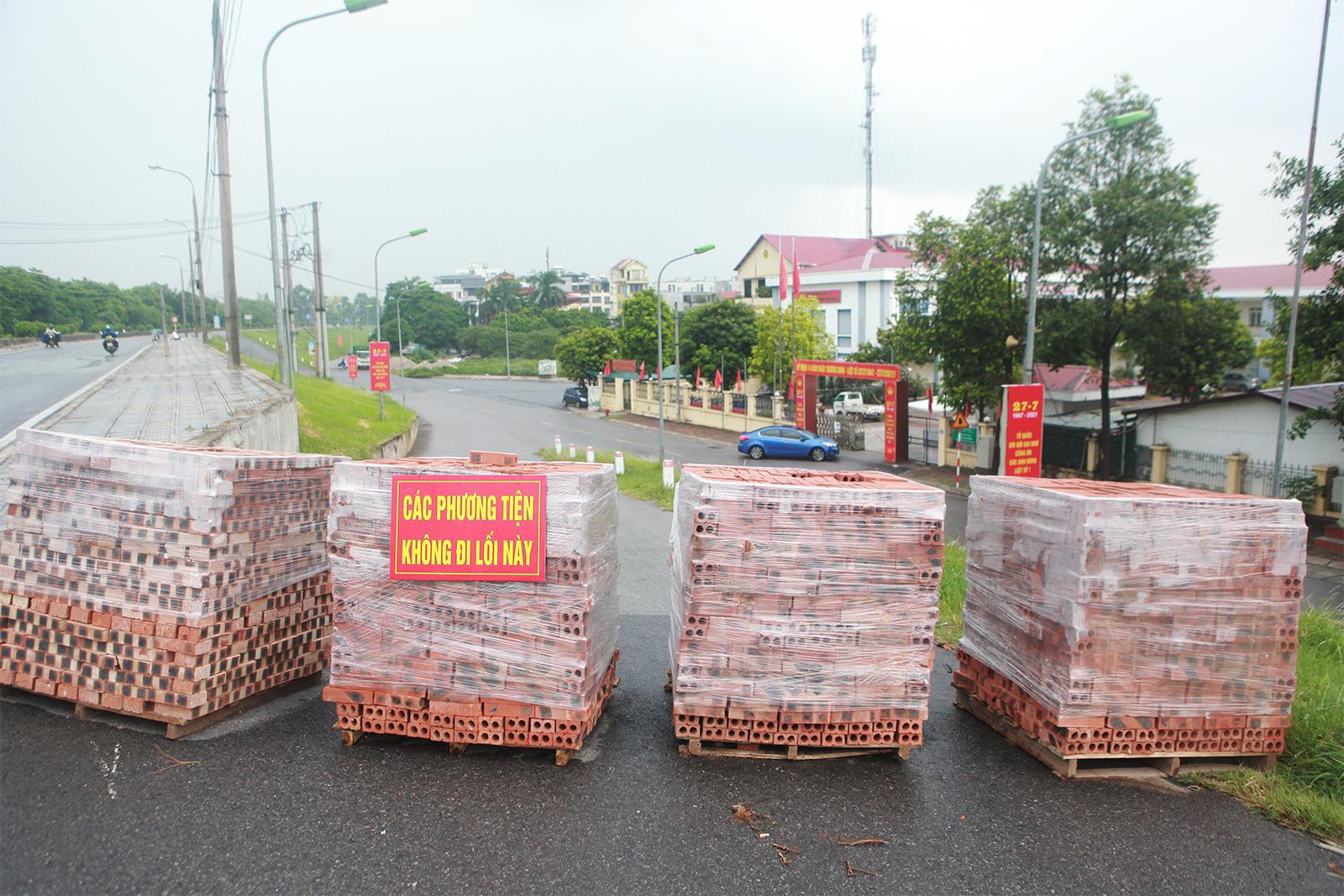 """Hà Nội: Dùng cả... thùng container, gạch, ống cống làm """"chốt"""" chống dịch - 3"""