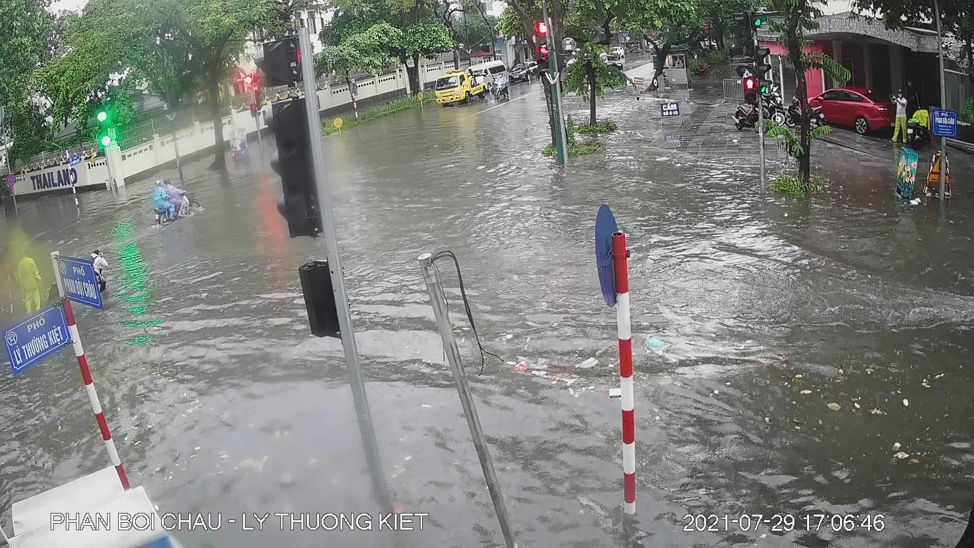 """Nhiều tuyến phố Hà Nội thành """"sông"""" trong cơn mưa chiều - 1"""