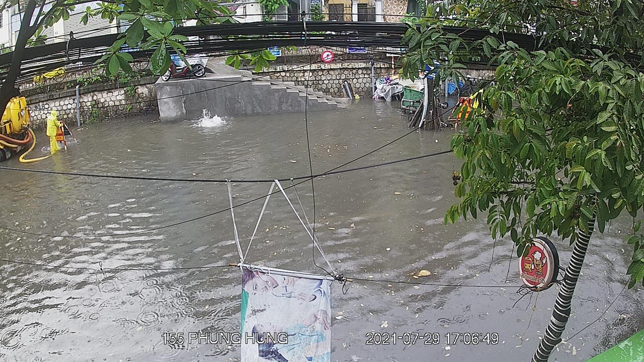 """Nhiều tuyến phố Hà Nội thành """"sông"""" trong cơn mưa chiều - 3"""