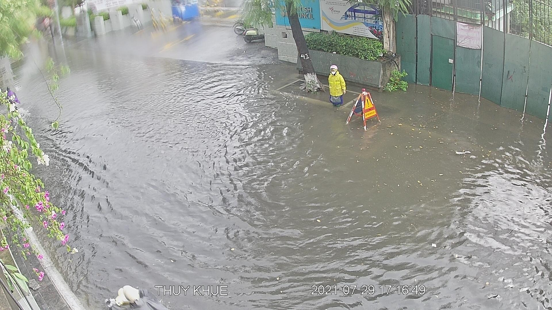 """Nhiều tuyến phố Hà Nội thành """"sông"""" trong cơn mưa chiều - 4"""