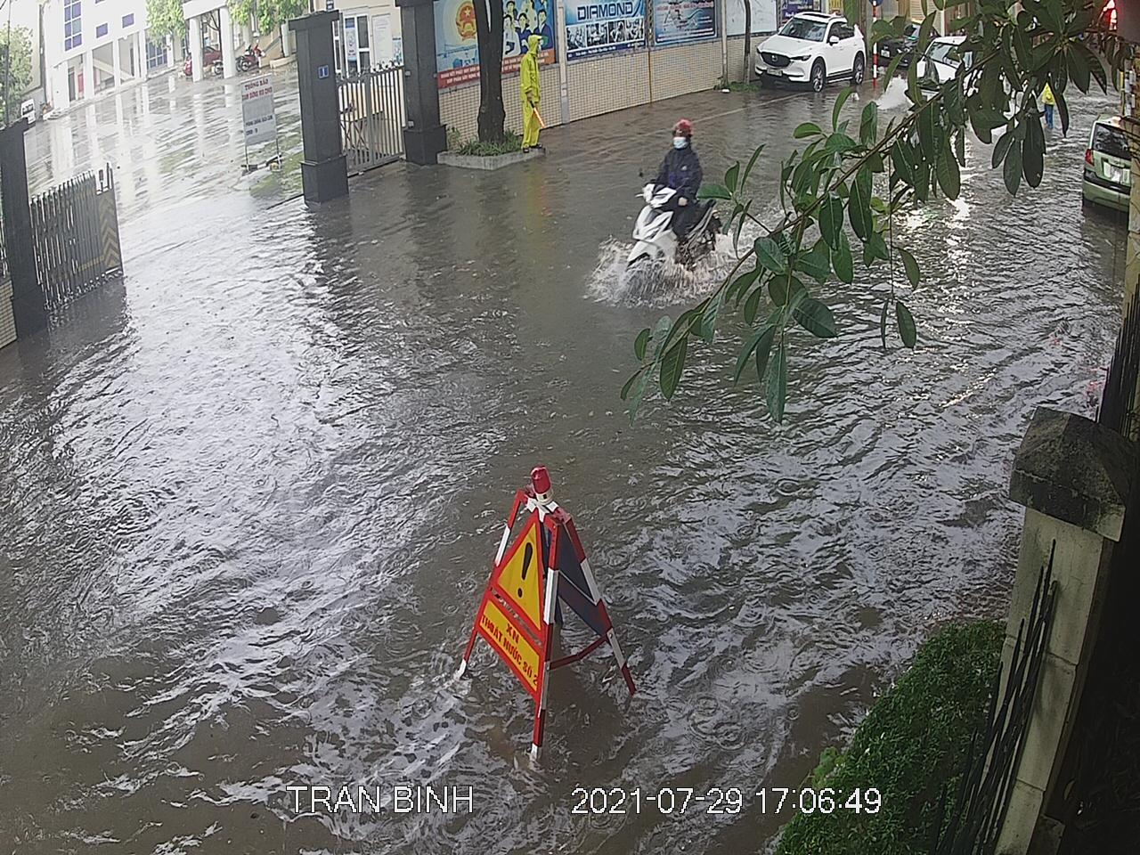 """Nhiều tuyến phố Hà Nội thành """"sông"""" trong cơn mưa chiều - 5"""