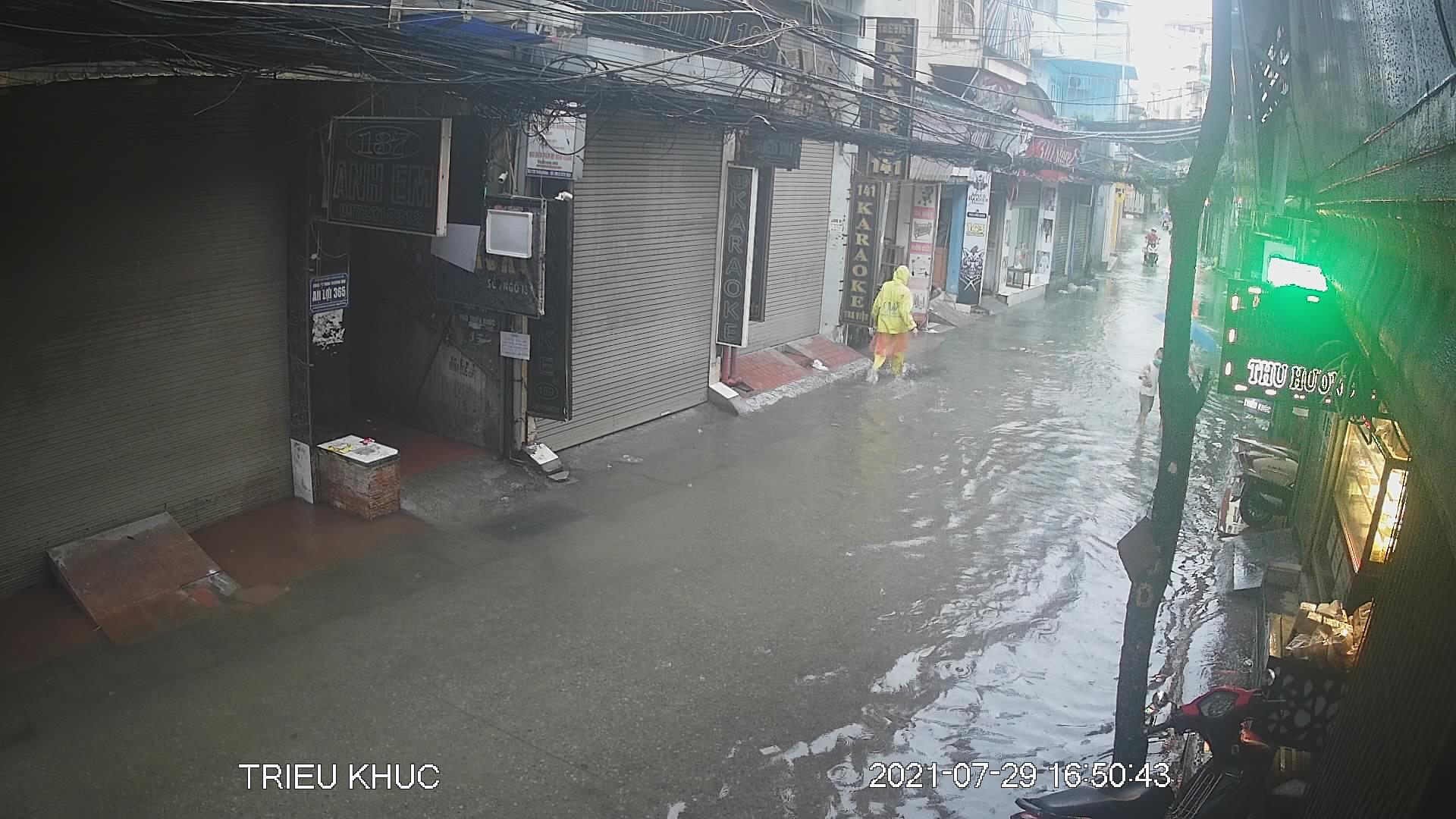 """Nhiều tuyến phố Hà Nội thành """"sông"""" trong cơn mưa chiều - 6"""