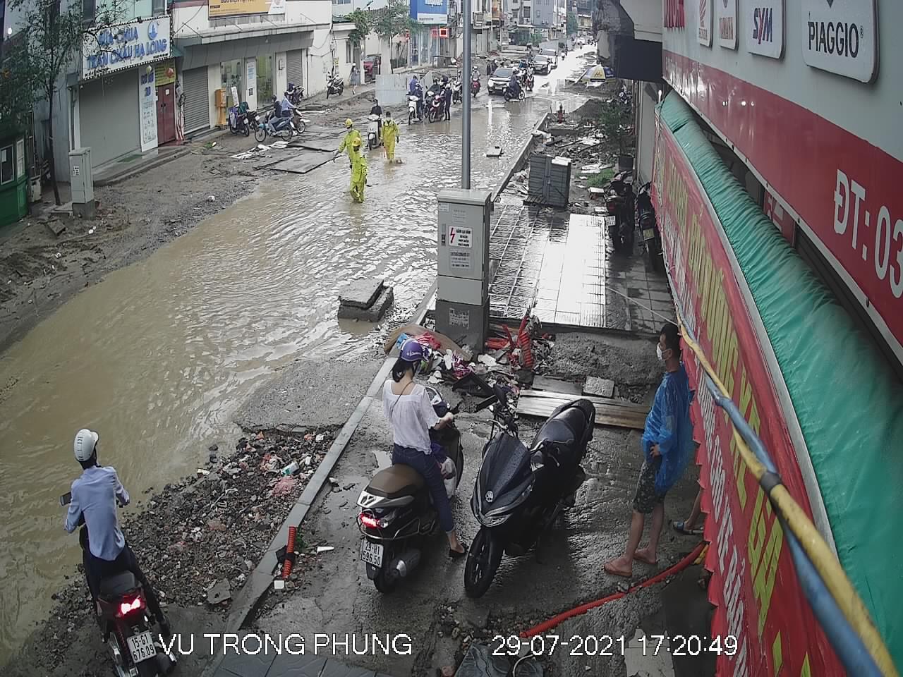 """Nhiều tuyến phố Hà Nội thành """"sông"""" trong cơn mưa chiều - 7"""