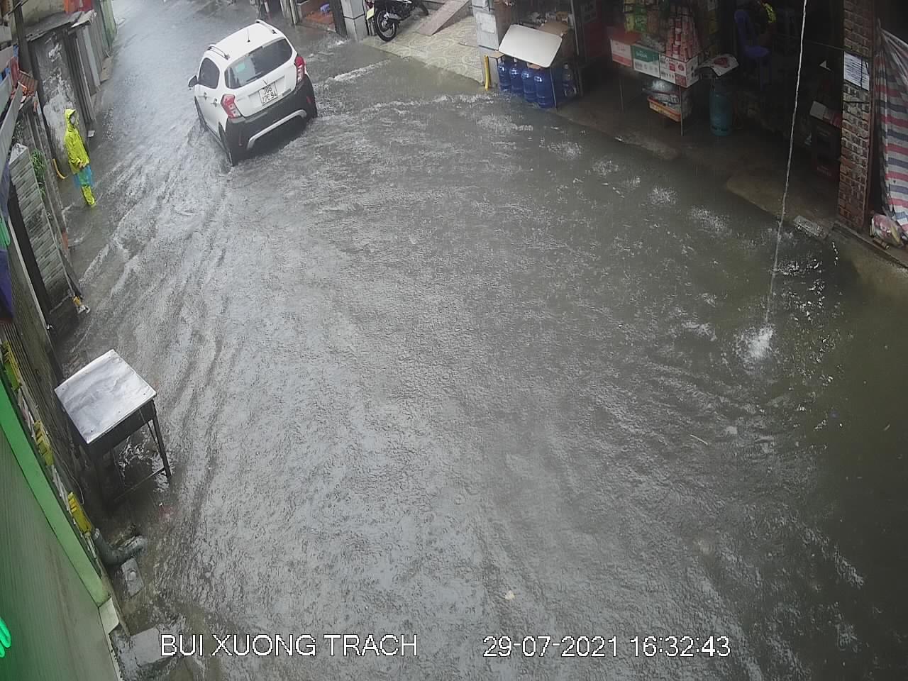 """Nhiều tuyến phố Hà Nội thành """"sông"""" trong cơn mưa chiều - 8"""