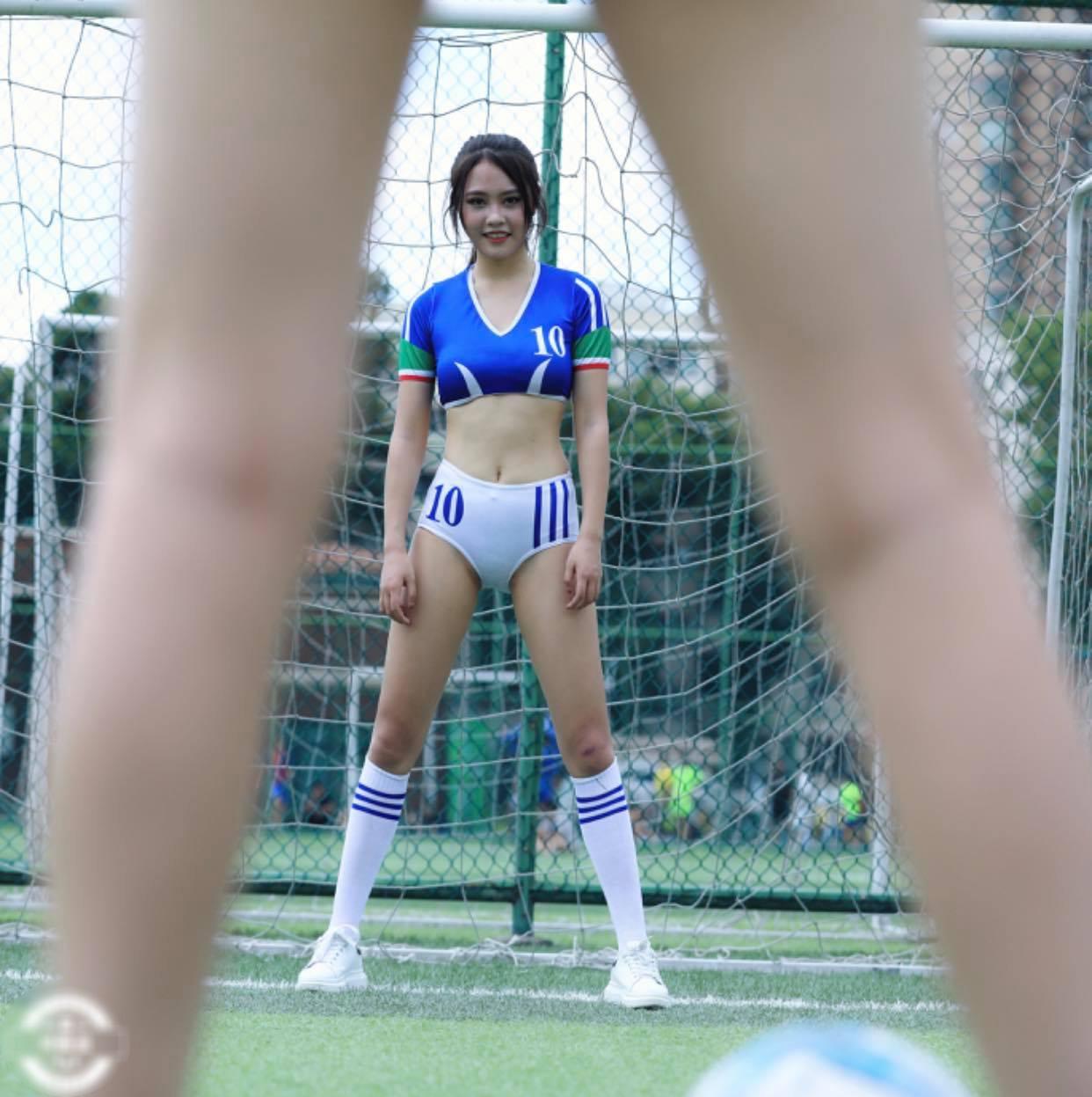 Thiếu nữ mặc sai trang phục đi đá bóng, đẹp mấy cũng bị chê không hợp - 1