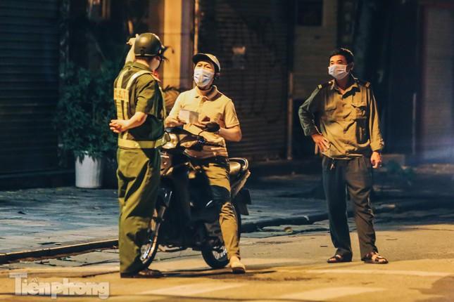 Xuyên đêm kiểm tra lý do người dân Thủ đô ra đường - 1
