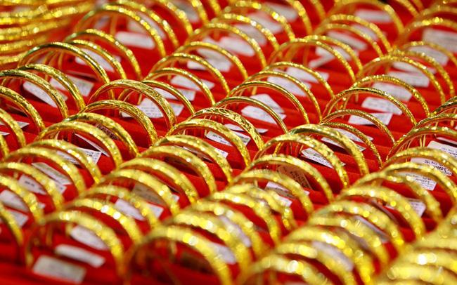 Giá vàng hôm nay 30/7: Nhiều yếu tố hỗ trợ, vàng phăm phăm leo dốc - 1