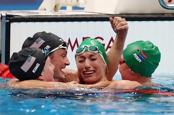 Diệu kỳ Olympic: Kình ngư Nam Phi khóc ngất vì lập kỷ lục thế giới, đối thủ ôm chúc mừng - 1