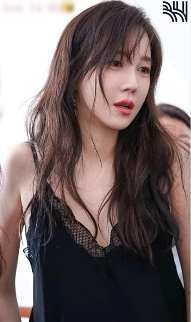 Trước Penthouse, người đẹp 7X từng nổi tiếng với hai bộ phim đình đám là Thái vương tứ thần ký đóng cùngBae Yong Joon vàAthena: Goddess of War hợp tác cùng Jung Woo Sung.