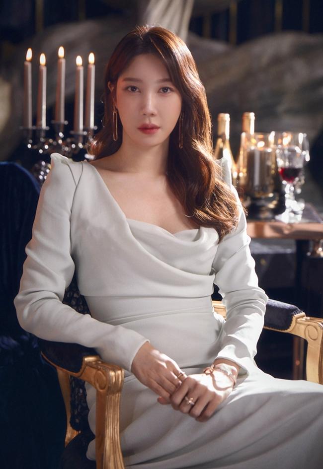 The Penthouse: War in Life là phim truyền hình hot nhất hiện nay với sự tham gia của Lee Ji Ah, Kim So Yeon, Eugene, Um Ki Joon, Yoon Jong Hoon, Park Eun Seok. Phim hiện đang được chiếu tới phần 3 và luôn trở thành đề tài bàn luận của khán giả châu Á. Phim lấy đề tài giới thượng lưu ở xứ sở kim chi cùng những âm mưu, toan tính của những người giàu có. Nhân vật đáng chú ý đồng thời cũng là người giàu về phe chính diện là nữ chínhShim Su Ryeon do Lee Ji Ah đóng.
