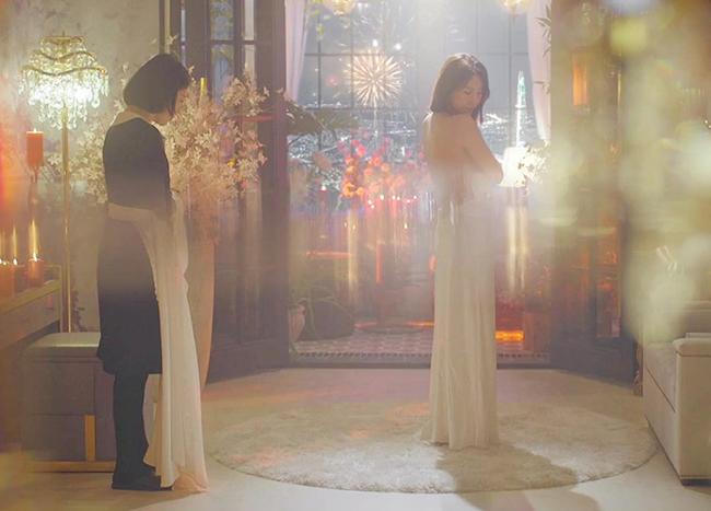 Nhờ những cảnh quay xuất sắc này, Lee Ji Ah được coi là nữ chủ nhân duy nhất và là nữ hoàng của Hera Palace. Đặc biệt, đây cũng là phân cảnh quyến rũ nhất của nữ diễn viên 42 tuổi trong phần 1 của phim.