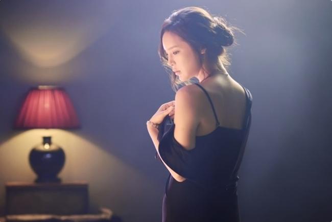 Ngoài những cảnh nóng với bạn diễn nam,Park Shi Yeon còn có cảnh tắm trần gợi cảm. Được biết, Á hậu tự đóng cảnh tắm khỏa thân 100% mà không cần diễn viên đóng thế.