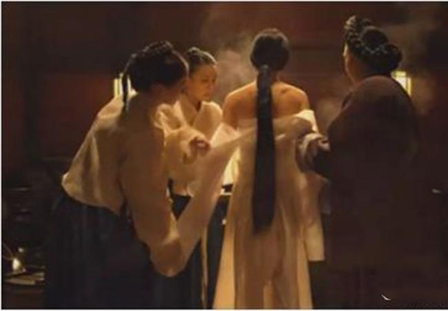 Phim lấy bối cảnh triều đại Joseon, xoay quanh chuyện tình giữa Hwa Yeon (Cho Jo Jeong) và chàng thường dân Kwon Yoo (Kim Min Joon). Hoàng tử Sung Won (Kim Dong Wook) cũng đem lòng yêu Hwa Yeon. Tuy nhiên, cô buộc phải làm vương phi của nhà vua - vốn là anh trai của Sung Won. Từ đây mọi chuyện trở nên rắc rối hơn.