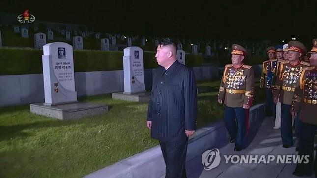 Báo phương Tây đồn ông Kim Jong-un tiếp tục giảm cân vì 'gầy đi trông thấy' - 1