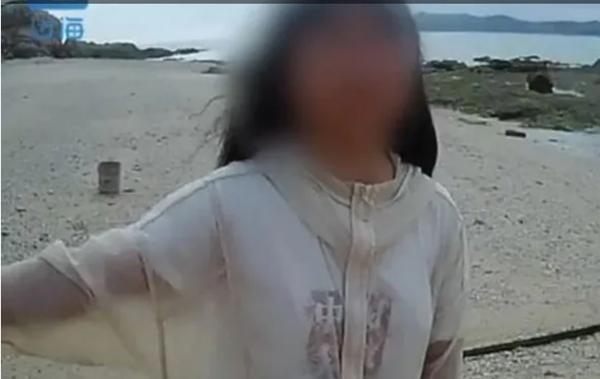 """Nữ sinh 13 tuổi bị cha mẹ """"đuổi"""" ra đảo hoang để """"thuần phục"""" tính ngang bước - 1"""