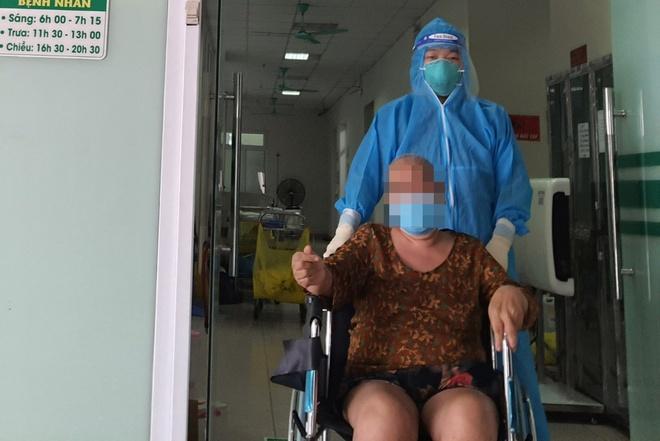 Người phụ nữ mắc COVID-19 thoát chết ngoạn mục sau gần 1 tháng nguy kịch - 1
