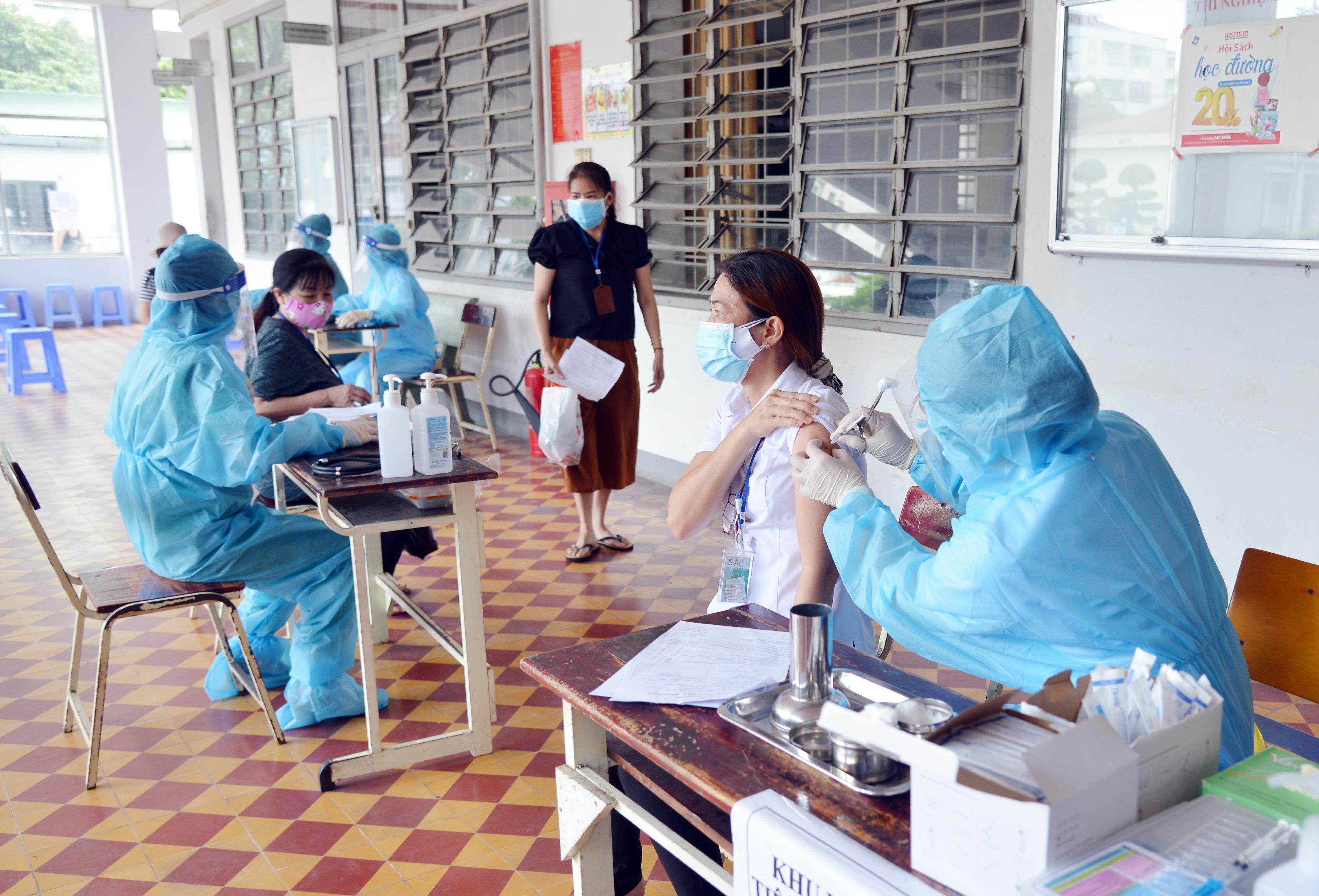 Ảnh: Người dân TP.HCM xếp hàng giãn cách tiêm vắc xin ngừa COVID-19 - 1
