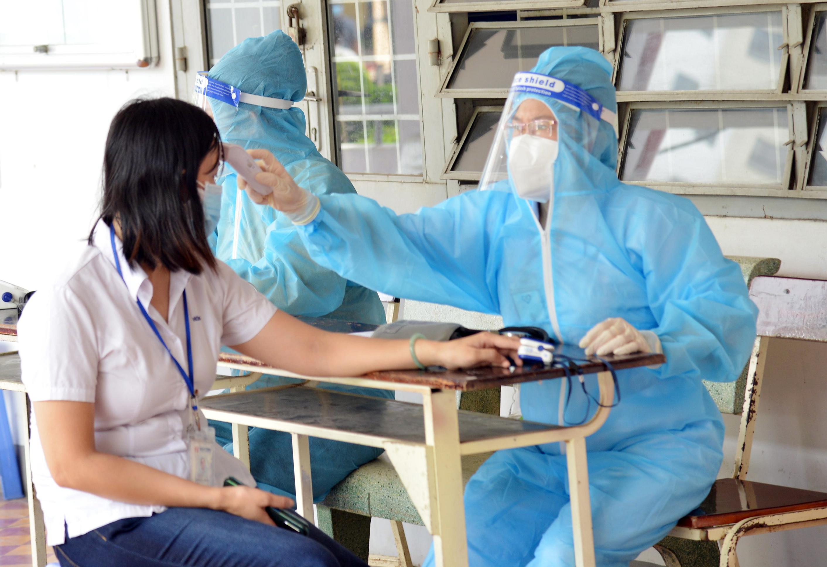 Ảnh: Người dân TP.HCM xếp hàng giãn cách tiêm vắc xin ngừa COVID-19 - 6