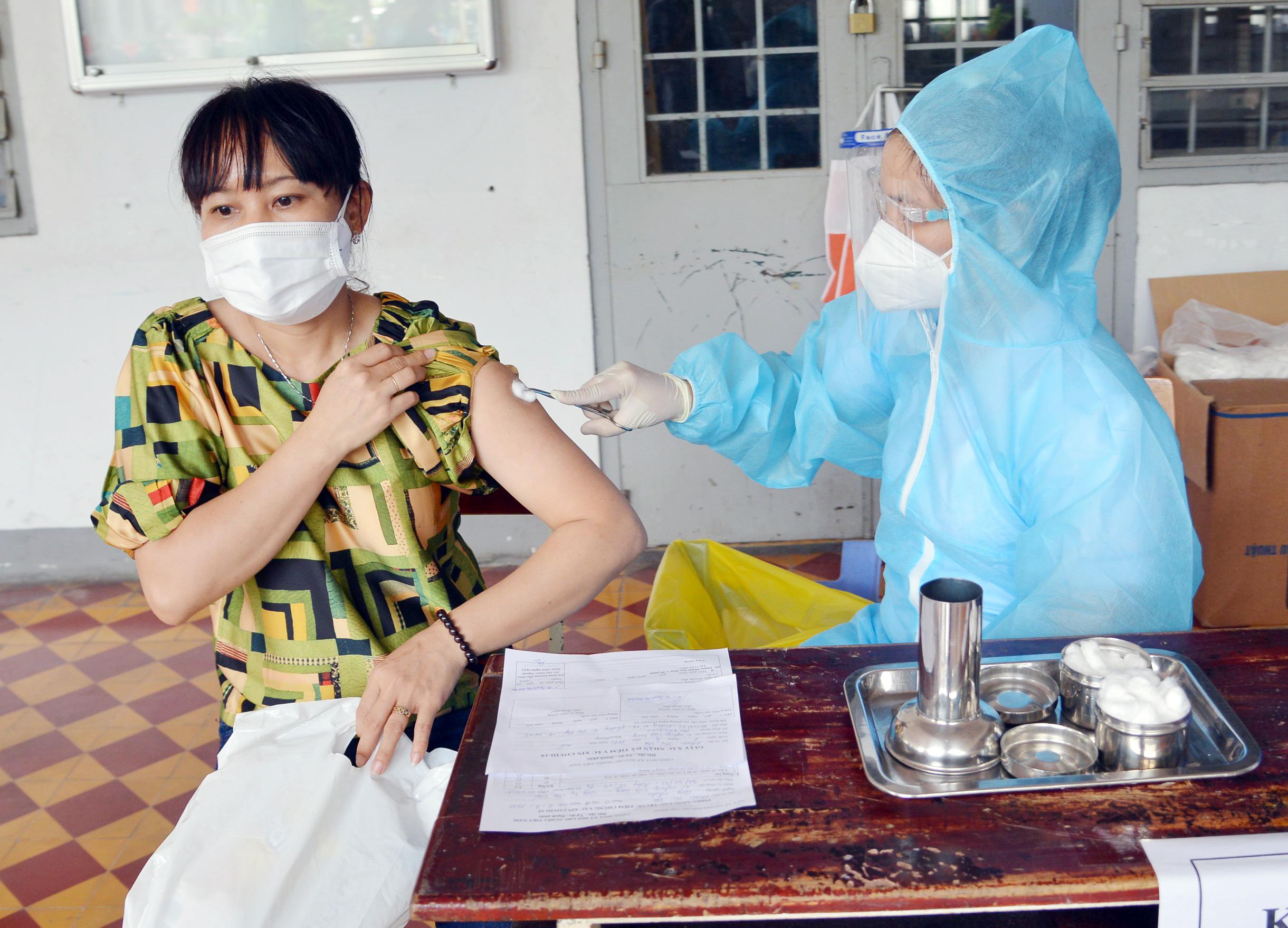 Ảnh: Người dân TP.HCM xếp hàng giãn cách tiêm vắc xin ngừa COVID-19 - 8