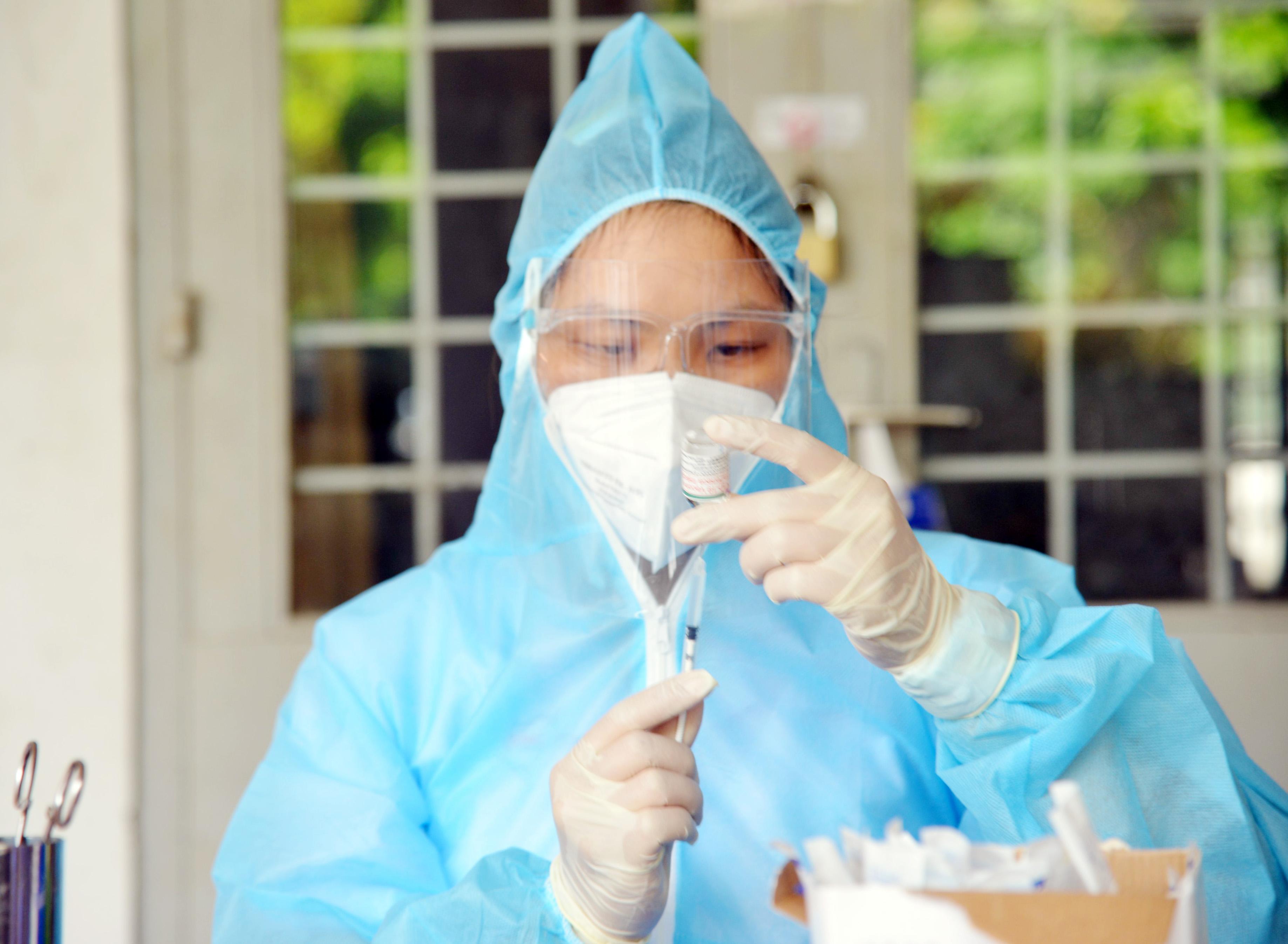 Ảnh: Người dân TP.HCM xếp hàng giãn cách tiêm vắc xin ngừa COVID-19 - 9