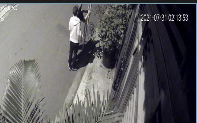 Camera ghi cảnh kẻ trộm bắc thang vào nhà dân lấy xe máy, laptop - 1