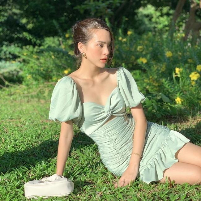 Sở hữu ngoại hình xinh đẹp song ít ai biết Quỳnh Lương ngoài đời đã là bà mẹ một con. Chân dài 9X kết hôn năm 18 tuổi, sinh con năm 19 tuổi và ly hôn năm 21 tuổi.