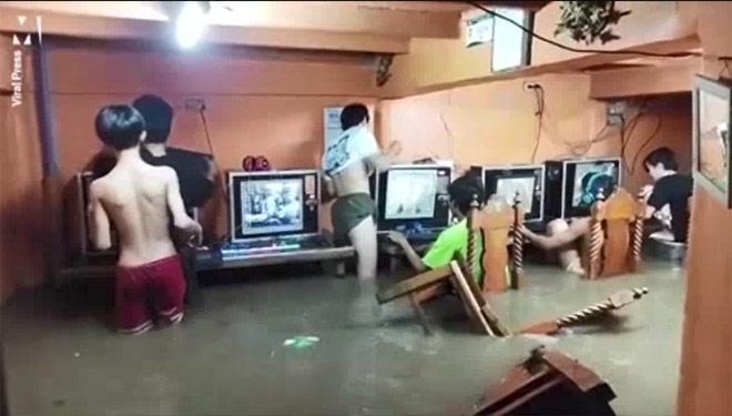Clip: Nước ngập đến mông, đám thanh niên vẫn hồn nhiên ngồi chơi game - 1