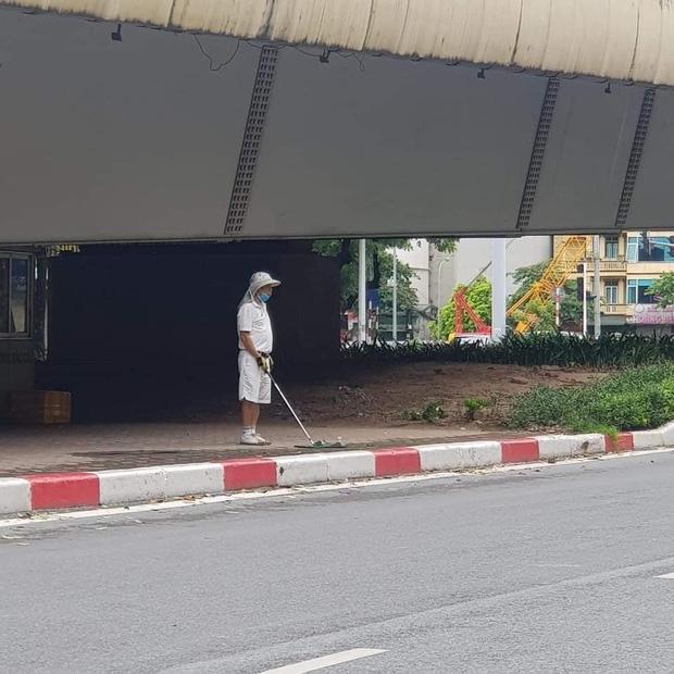 Hà Nội: Đánh golf dưới gầm cầu vượt, người đàn ông bị phạt tiền - 1