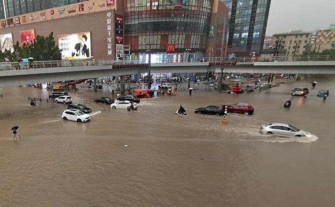 """Thành phố TQ vừa trải qua mưa lũ """"ngàn năm có một"""" phát hiện ổ dịch Covid-19 lây lan nhanh - 1"""