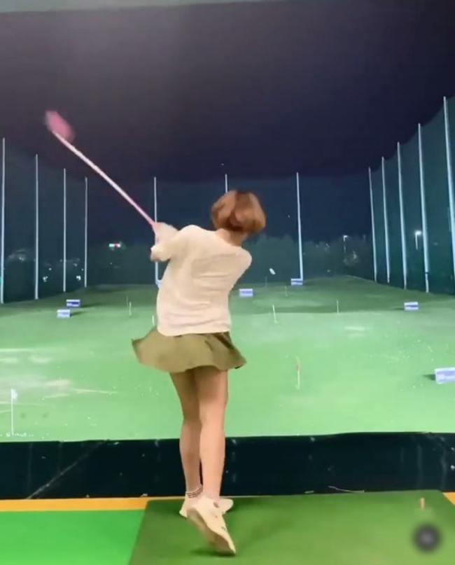 Nhiều người lựa chọn chân váy mặc chơi golf dài trên đầu gối khoảng 10cm để an toàn.