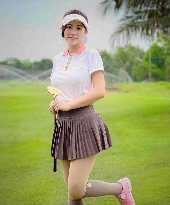 Những trang phục quen thuộc được phái đẹp chọn mặc khi rasân là áo thun/quần dài hoặc chân váy tennis...