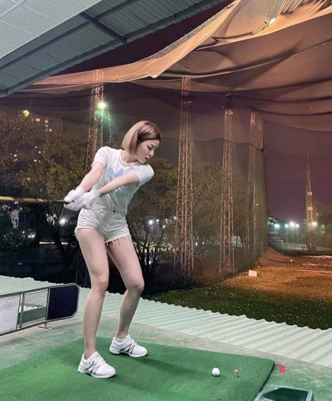 Trâm Anh chọn quần short, chân váy siêu ngắn mỗi lần chơi golf.
