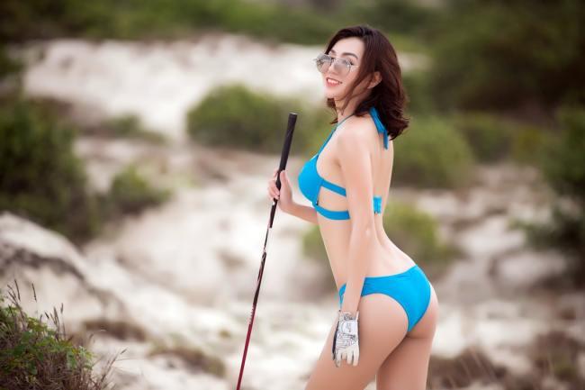 Bikini là trang phục đi tắm nhưng để có những bức hình chơi golf ấn tượng, phái đẹp mạnh kết hợp cùng.