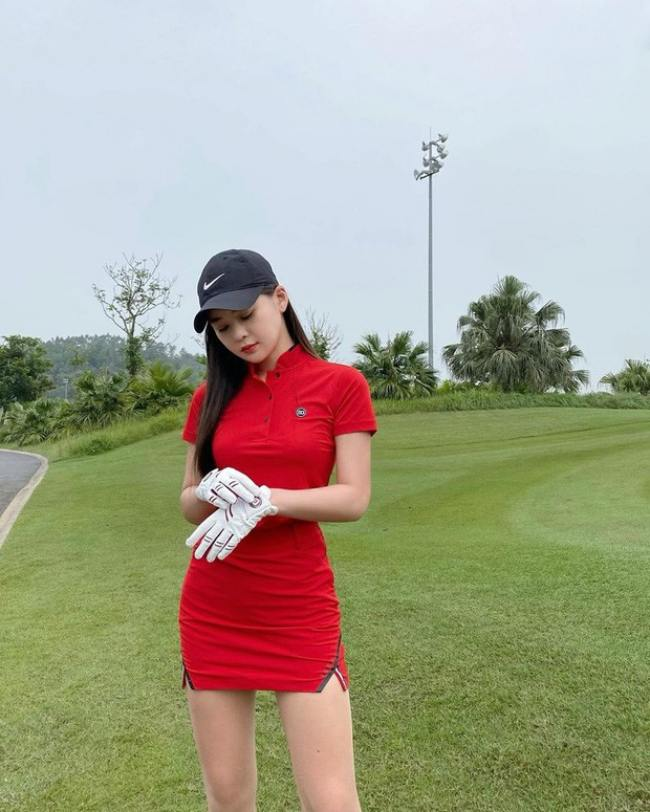 Trang phục chơi golf của cô tôn hình thể tinh tế, đa dạng về sắc màu.
