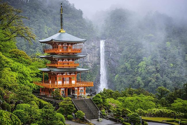 Nhật Bản: Làsự pha trộn hấp dẫn giữa cổ xưa và hiện đại, Nhật Bản thu hút cả những du khách khó tính nhất, nhờ các ngôi đền cổ kính và sự thanh bình của núi Phú Sĩ đến các thành phố rực rỡ ánh đèn neon của Tokyo và Osaka.