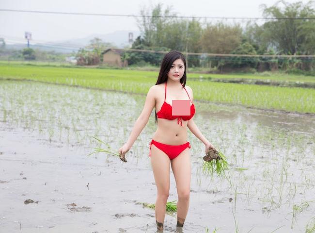 Một người đẹp Trung Quốc từng nhận nhiều ý kiến trái chiềuvì diện bikini không ăn nhập với khung cảnh làng quê.