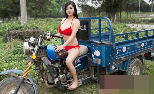 Không chỉ thế, cô gái còn mặc bộ bikini hở táo bạo đi lái xe công nông.