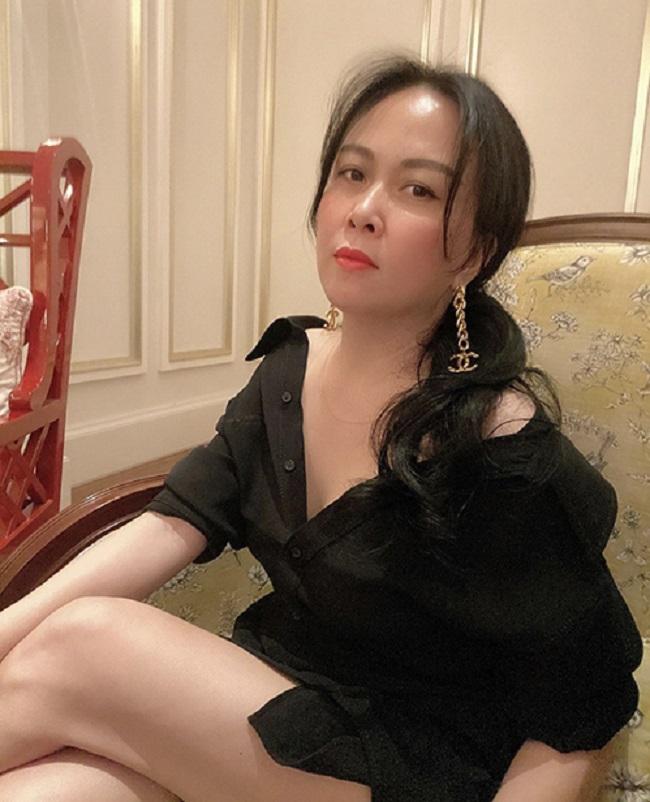 Ngoài các mẫu áo trễ vai quen thuộc, Phượng Chanel thay đổi phong cách bằng việc mix sơ mi dáng rộng cùng quần short. Đây là mốt 'giấu quần' để tôn chân thon sexy được nhiều người đẹp Việt ưa chuộng. Với góc ảnh này,Phượng Chanel khiến nhiều người liên tưởng đến việc 'quên mặc quần'.