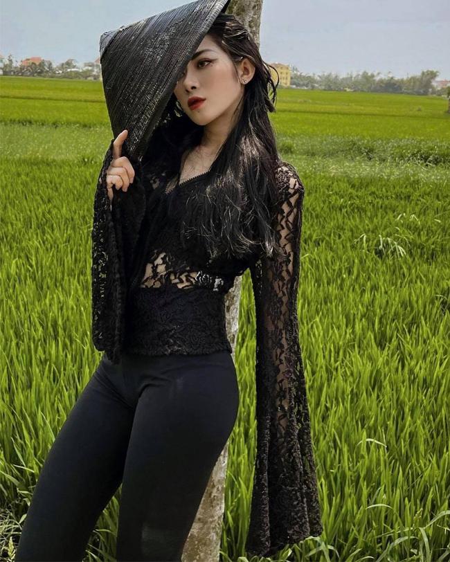 Người đẹp Sương Syn diện áo bà ba xuyên thấu kết hợp quần dài mỏng manh, tôn dáng giữa cánh đồng lúa.