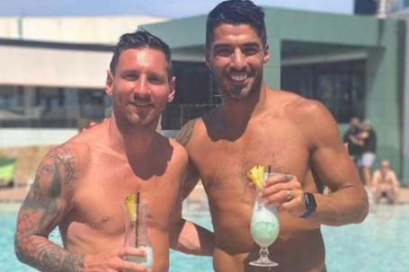 """SAO bóng đá gần hết kỳ nghỉ hè: Messi """"hẹn hò"""" Suarez, Cavani dạy con cưỡi ngựa"""
