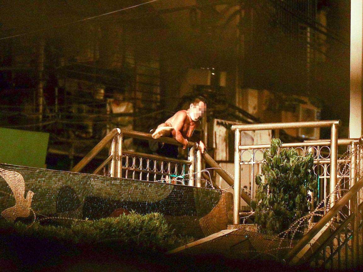 Hà Nội xử phạt 2 người vượt rào thép gai, rời khỏi khu vực phong toả - 1