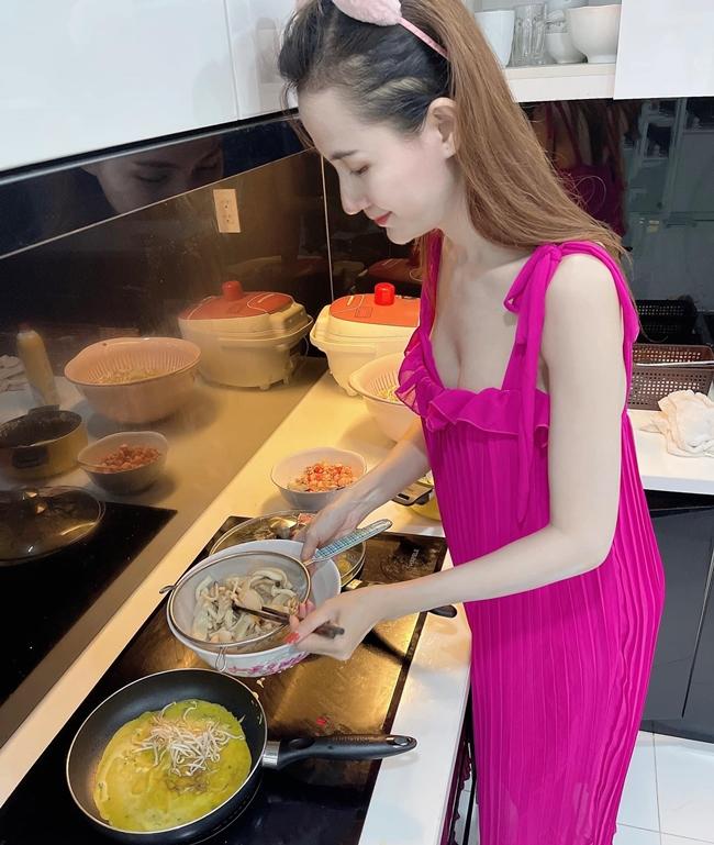 Do có nhiều thời gian rảnh, Phan Thị Mơ có cơ hội trổ tài nấu nhiều món ăn từ Việt tới Âu. Ngoài ra, nữ diễn viên còn hướng dẫn người hâm mộ làm mónbắp cải ngâm chua.
