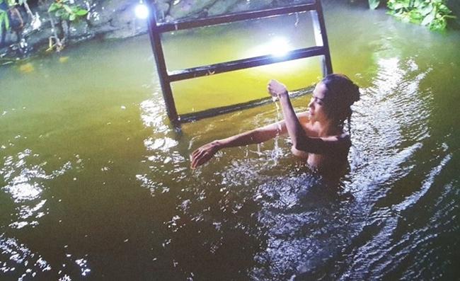 """Trong số những cảnh nóng táo bạo, cảnh tắm suối ban đêm của chân dài quê Tiền Giang được chú ý hơn cả vì để lộ trọn vòng 1 căng đầy, gợi cảm. Đáng chú ý, đây là bộ phim đầu tiên Phan Thị Mơ đóng cảnh 18+ trong sự nghiệp.Thậm chí, người đẹp phải """"cắn răng chịu đựng"""" để hoàn thành cảnh nóng giữa mùa đông lạnh buốt."""