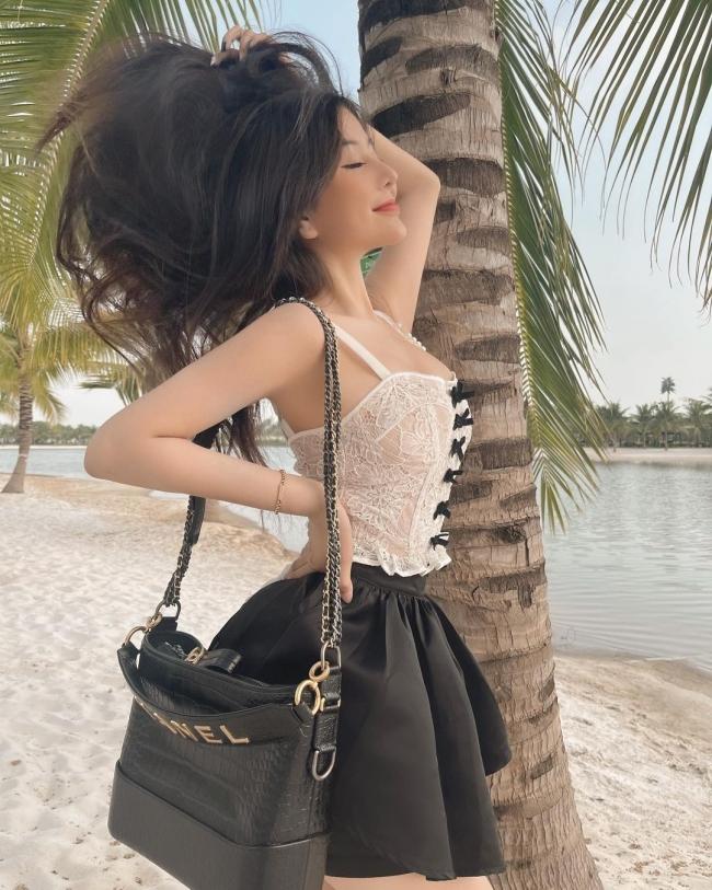 """""""Thiên thần áo dài"""" Võ Ngọc Trân thì chọn diện thiết kế nội y dáng corset được may bằng chất liệu ren."""