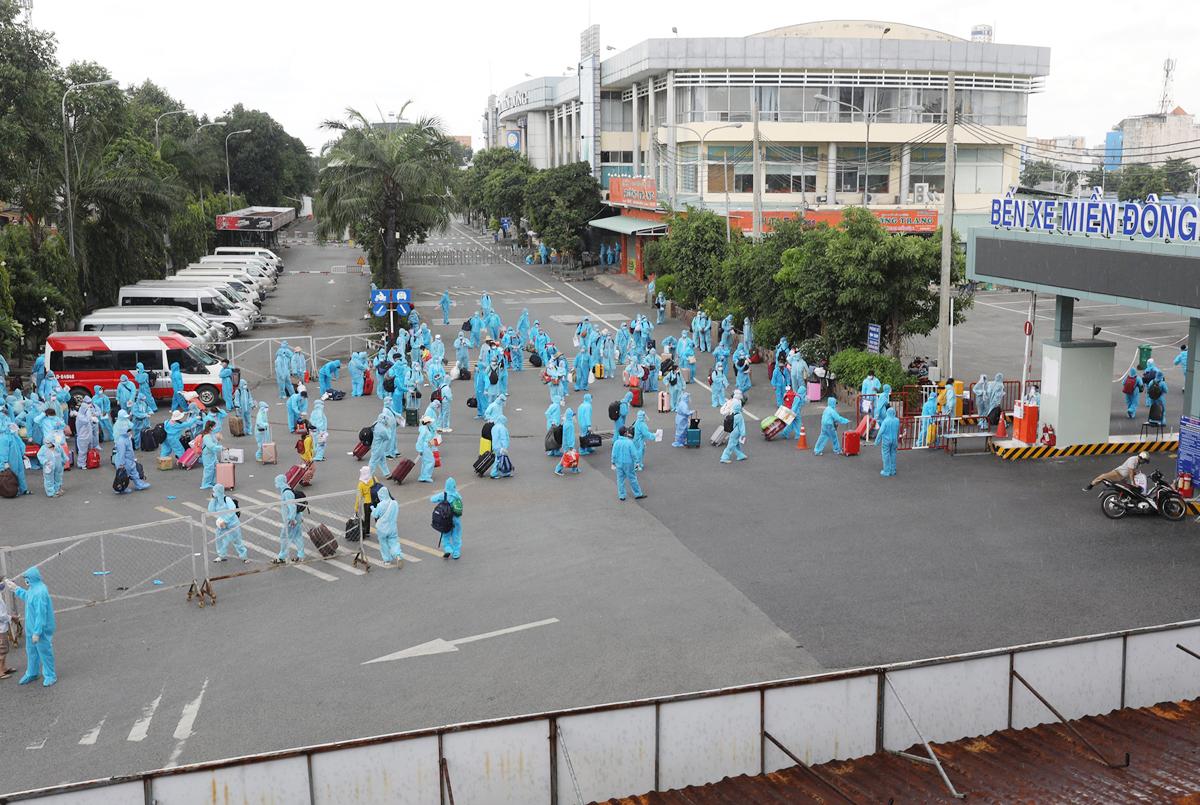 CSGT dẫn đoàn xe đặc biệt, đưa 600 người dân Phú Yên rời TP.HCM - 1