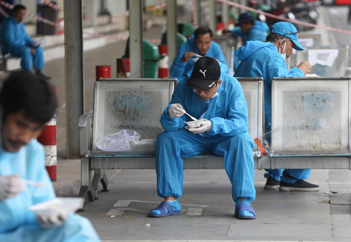 CSGT dẫn đoàn xe đặc biệt, đưa 600 người dân Phú Yên rời TP.HCM - 11