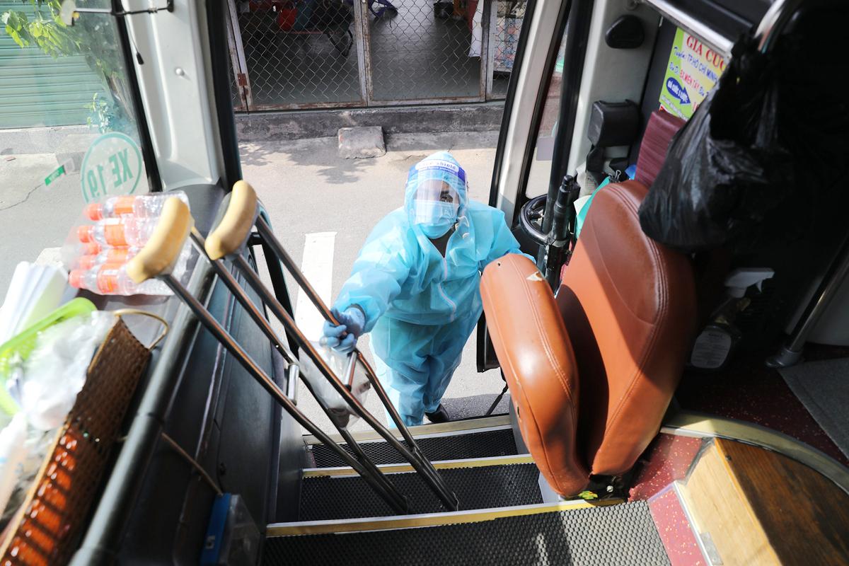 CSGT dẫn đoàn xe đặc biệt, đưa 600 người dân Phú Yên rời TP.HCM - 12
